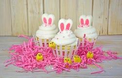 Oreilles de lapin de Pâques sur des petits gâteaux photographie stock
