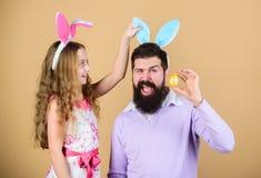 Oreilles de lapin de vacances longues Concept de tradition de famille Oreilles de lapin d'usage de papa et de fille de famille Le images libres de droits