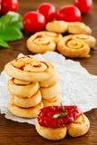 Oreilles de pâte feuilletée avec les tomates séchées au soleil Images stock