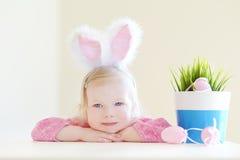Oreilles de port adorables de lapin de petite fille Photos stock