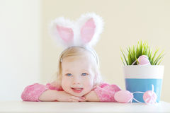 Oreilles de port de lapin de fille adorable d'enfant en bas âge sur Pâques Photo libre de droits