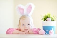 Oreilles de port de lapin de fille adorable sur Pâques Photos libres de droits