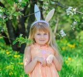 Oreilles de port de lapin de petite fille photographie stock libre de droits