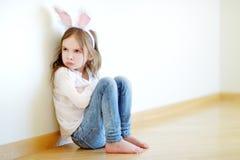 Oreilles de port fâchées de lapin de petite fille photo stock