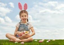Oreilles s'usantes de lapin de fille photo stock