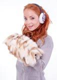 Orejeras blancas que llevan de la mujer hermosa del pelirrojo Fotos de archivo libres de regalías
