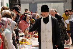 Orel, Rússia - 30 de abril de 2016: Bênção Paschal da cesta da Páscoa Fotografia de Stock
