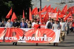 Orel, Rússia - 5 de agosto de 2015: multidão de povos que marcham com vermelho Foto de Stock Royalty Free