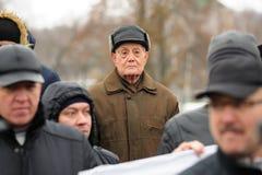 Orel, Rússia - 5 de dezembro de 2015: Piquete dos camionistas Homem idoso Fotos de Stock Royalty Free