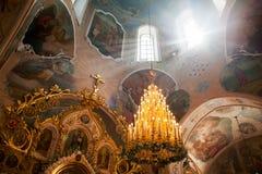 Orel, Rússia - 28 de julho de 2016: Interior da igreja ortodoxa do russo Fotos de Stock Royalty Free