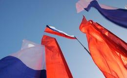 Orel, Rússia - 1º de maio de 2017: Demonstração de maio Bandeira tricolor do russo Foto de Stock Royalty Free