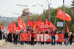 Orel, Rússia - 1º de maio de 2016: Demonstração do partido comunista multidão Imagem de Stock