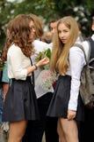 Orel, Rússia - 1º de setembro de 2015: Duas meninas na farda da escola Imagem de Stock