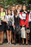 Orel, Rússia - 1º de setembro de 2015: Meninas da escola na farda da escola Imagem de Stock