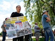 Orel, Rússia, o 12 de junho de 2017: Protestos de Rússia Homem no preto com Foto de Stock Royalty Free