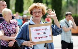 Orel, Rosja, Czerwiec 12, 2017: Rosja protesty Uśmiechnięty starszy wom Zdjęcie Royalty Free