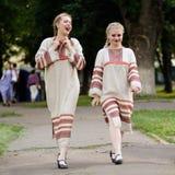 Orel Rosja, Czerwiec, - 24, 2016: Turgenev Fest Dwa uśmiechnięte dziewczyny ja Obraz Stock