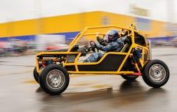 Orel, Rosja, Lipiec 22, 2017: Dynamica samochodu festiwal Mężczyzna w helme Zdjęcie Royalty Free