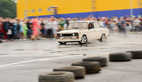 Orel, Rosja, Lipiec 22, 2017: Dynamica samochodu festiwal Nastrajający biel Obrazy Stock