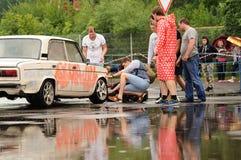 Orel, Rosja, Lipiec 22, 2017: Dynamica samochodu festiwal tła szczęśliwy odosobniony mężczyzna nad ludźmi białych kobiet młodych Fotografia Stock
