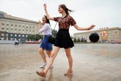Orel, Rosja, Sierpień 05, 2017: Miasto dzień Dwa dziewczyn taniec wewnątrz nalewa Fotografia Stock