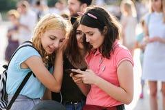 Orel, Rosja, Sierpień 05, 2017: Miasto dzień Młode dziewczyny ogląda sm Fotografia Stock