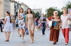 Orel, Rosja, Sierpień 05, 2017: Miasto dzień Młode piękne dziewczyny a Zdjęcia Stock