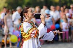 Orel Rosja, Sierpień, - 05, 2016: Orel miasta dzień Dziewczyna w Rosyjskim d Zdjęcie Royalty Free