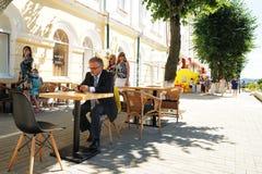 Orel Rosja, Sierpień, - 05, 2016: Orel miasta dzień Starszy osamotniony mężczyzna Fotografia Stock