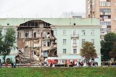 Orel, Rosja, Sierpień 29, 2017: Zawalenie się stary mieszkanie dom Zdjęcie Stock
