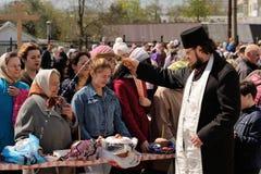 Orel, Rusia - 30 de abril de 2016: Bendición pascual de la cesta de Pascua Foto de archivo