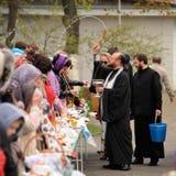 Orel, Rusia - 30 de abril de 2016: Bendición pascual de la cesta de Pascua Foto de archivo libre de regalías
