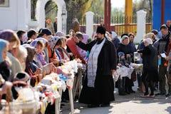 Orel, Rusia - 30 de abril de 2016: Bendición pascual de la cesta de Pascua Imágenes de archivo libres de regalías