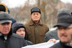 Orel, Rusia - 5 de diciembre de 2015: Piquete de los conductores de camión Viejo hombre Fotos de archivo libres de regalías