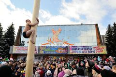Orel, Rusia - 26 de febrero de 2017: Hombre desnudo del fest de Maslenitsa Fotos de archivo