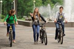 Orel, Rusia - 31 de mayo de 2015: Bikeday, adolescencias que completan un ciclo en parque Imagenes de archivo