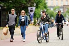 Orel, Rusia - 28 de mayo de 2017: Bikeday Muchachos que montan las bicis Fotografía de archivo libre de regalías