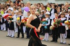 Orel, Rusia - 1 de septiembre de 2015: Muchacha en el vestido negro que baila la Florida Imagenes de archivo