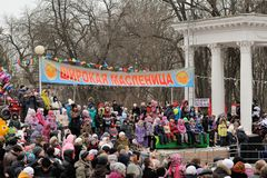 Orel, Rusia, festival de Maslenitsa - 22 de febrero de 2015: Wa de la gente Foto de archivo libre de regalías