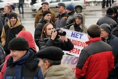 Orel, Rusland - December 05, 2015: De vrachtwagenchauffeurs posten Camera m Royalty-vrije Stock Foto