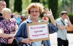 Orel, Rusland, 12 Juni, 2017: De protesten van Rusland Glimlachende oudste wom royalty-vrije stock foto