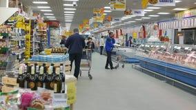 Orel, Rusland, 04 Sep 2017 Redactie - de Herfstmarkt Hypermarket Lijn De grootmoedige herfst stock videobeelden