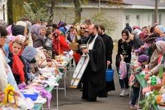 Orel, Russia - 30 aprile 2016: Benedizione pasquale del canestro di Pasqua Fotografia Stock Libera da Diritti