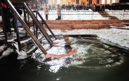 Orel, Russia, il 19 gennaio 2018: Epifania Giovani che li immergono Fotografia Stock Libera da Diritti