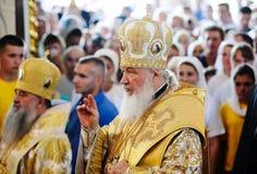 Orel, Russia, il 28 luglio 2016: Liturgia divina di anniversario di cristianizzazione della Russia Patriarca Kirill in indumento  fotografie stock libere da diritti