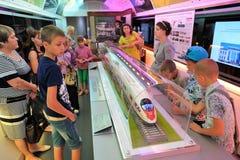 Orel, Russie - 24 août 2015 : Écoliers observant le modèle de train Image stock