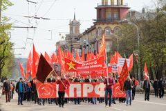 Orel, Russie - 1er mai 2016 : Démonstration de parti communiste Peopl Photo libre de droits