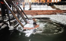 Orel, Russie, le 19 janvier 2018 : Épiphanie Jeunes hommes les plongeant Photographie stock libre de droits