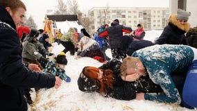 Orel, Russland, am 18. Februar 2018: Maslenitsa-Karneval Junges peop Lizenzfreie Stockbilder