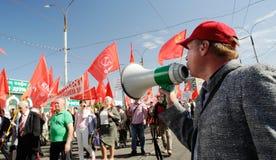Orel, Russland - 1. Mai 2017: Mai-Demonstration Mann mit loudspea Lizenzfreie Stockfotografie